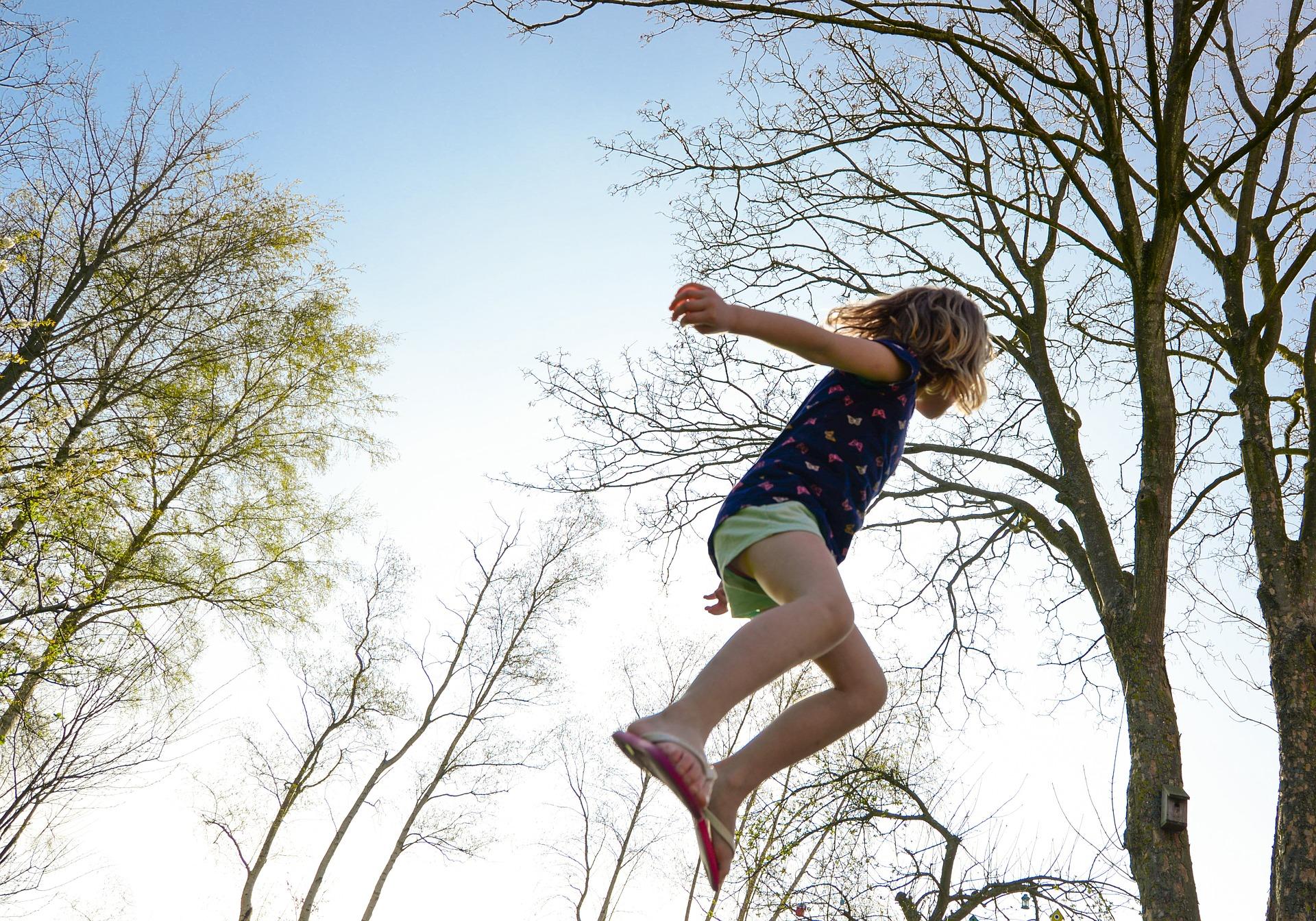 Grav din firkantede trampolin ned i haven